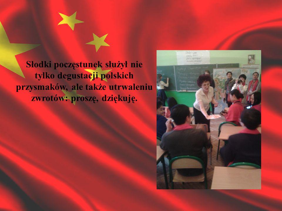 W rewanżu za lekcję języka polskiego, młody mistrz kaligrafii z Chin zaprezentował podczas lekcji wychowawczej uczniom klasy III b trudną sztukę pisania chińskich znaków.