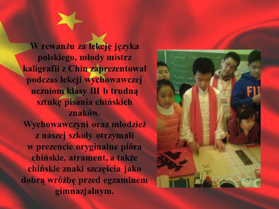 Wieczorny koncert przyjaźni polsko-chińskiej, prowadzony przez wicedyrektora szkoły, dr.
