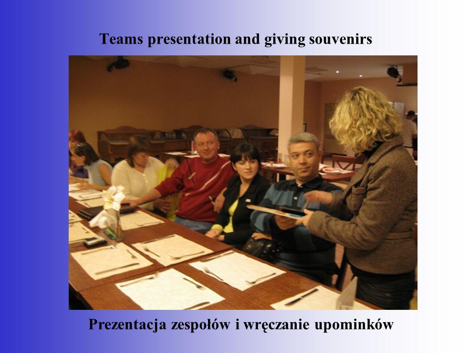 Teams presentation and giving souvenirs Prezentacja zespołów i wręczanie upominków