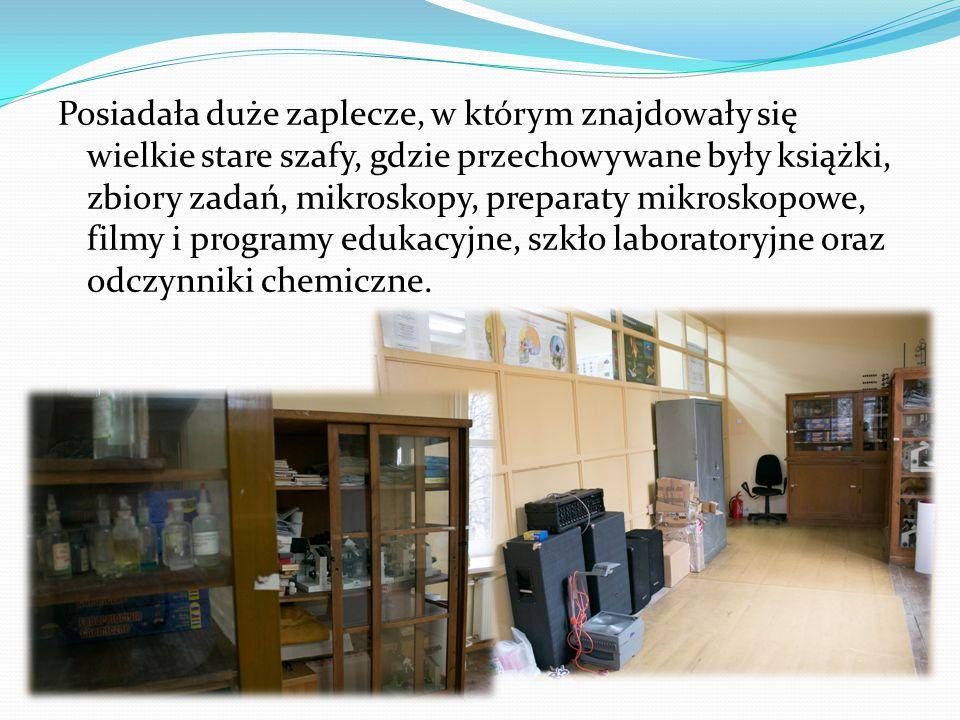 Posiadała duże zaplecze, w którym znajdowały się wielkie stare szafy, gdzie przechowywane były książki, zbiory zadań, mikroskopy, preparaty mikroskopowe, filmy i programy edukacyjne, szkło laboratoryjne oraz odczynniki chemiczne.