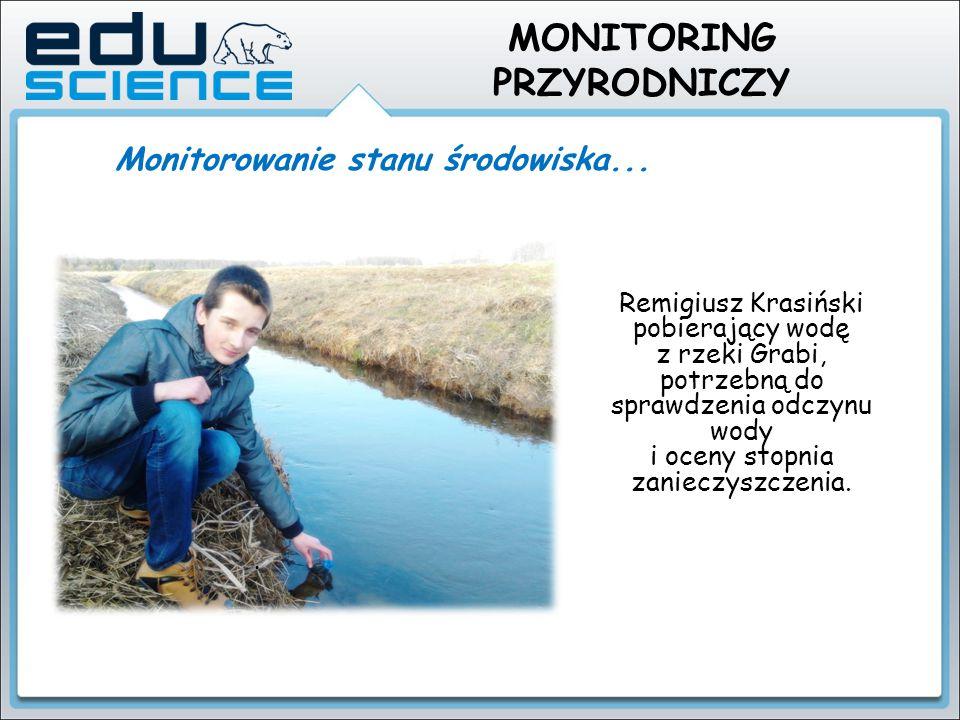 Remigiusz Krasiński pobierający wodę z rzeki Grabi, potrzebną do sprawdzenia odczynu wody i oceny stopnia zanieczyszczenia.. Monitorowanie stanu środo