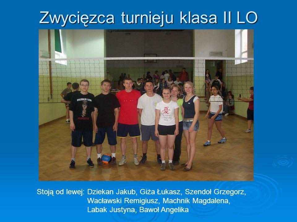 Zwycięzca turnieju klasa II LO Stoją od lewej: Dziekan Jakub, Giża Łukasz, Szendoł Grzegorz, Wacławski Remigiusz, Machnik Magdalena, Labak Justyna, Bawoł Angelika
