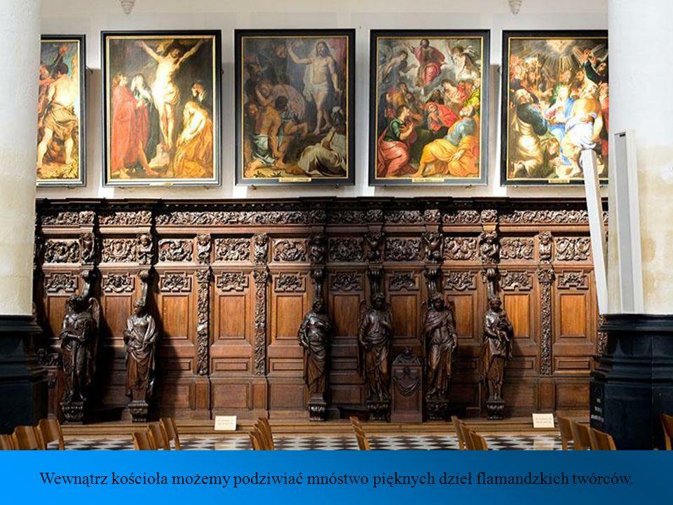 Kościół Świętego Pawła ma bardzo bogato zdobione ołtarze.
