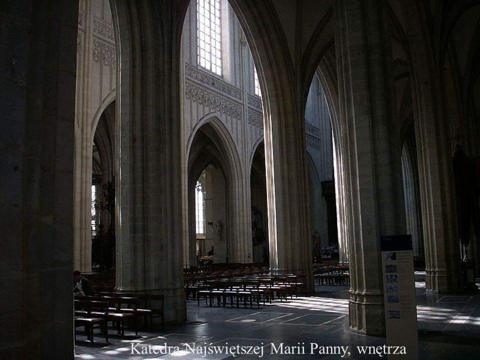Budowa katedry trwała prawie 200 lat. Rozpoczęta w roku 1352 roku, zakończona została 1521. Od tamtej pory góruje nad całym miastem do tej pory pozost