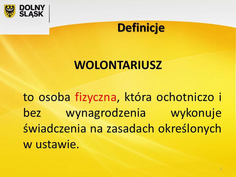 Definicje WOLONTARIUSZ to osoba fizyczna, która ochotniczo i bez wynagrodzenia wykonuje świadczenia na zasadach określonych w ustawie.