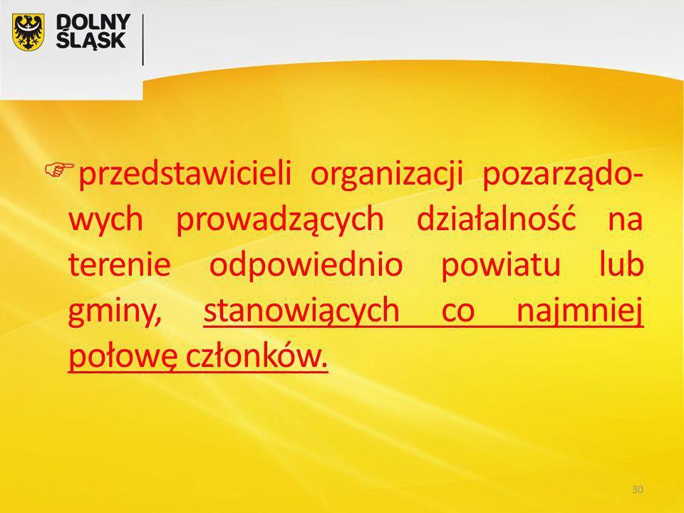  przedstawicieli organizacji pozarządo- wych prowadzących działalność na terenie odpowiednio powiatu lub gminy, stanowiących co najmniej połowę członków.