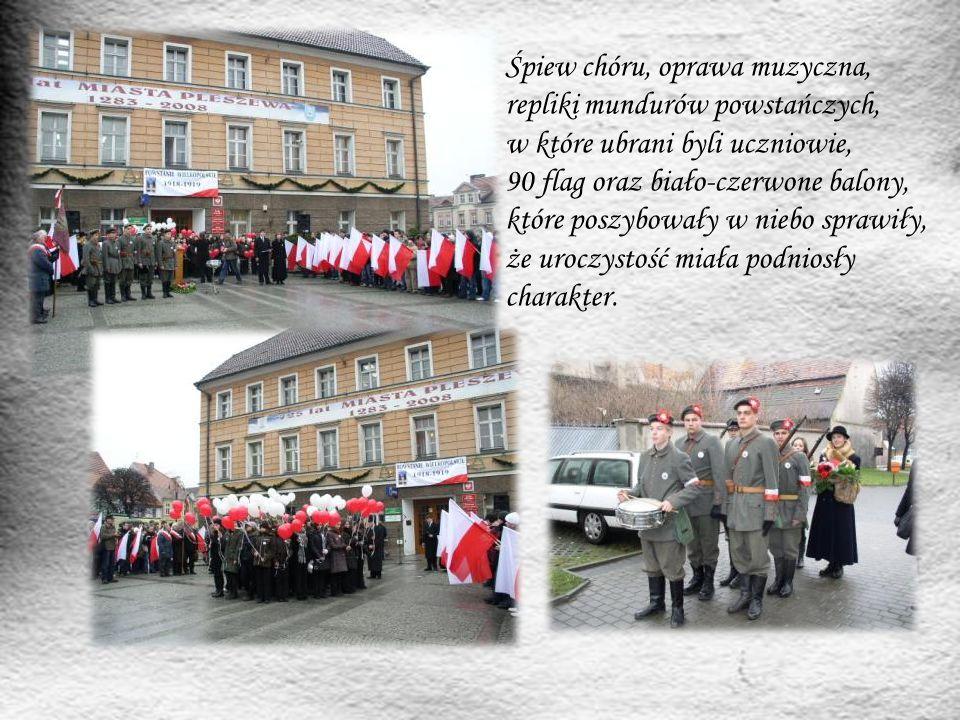 Śpiew chóru, oprawa muzyczna, repliki mundurów powstańczych, w które ubrani byli uczniowie, 90 flag oraz biało-czerwone balony, które poszybowały w ni