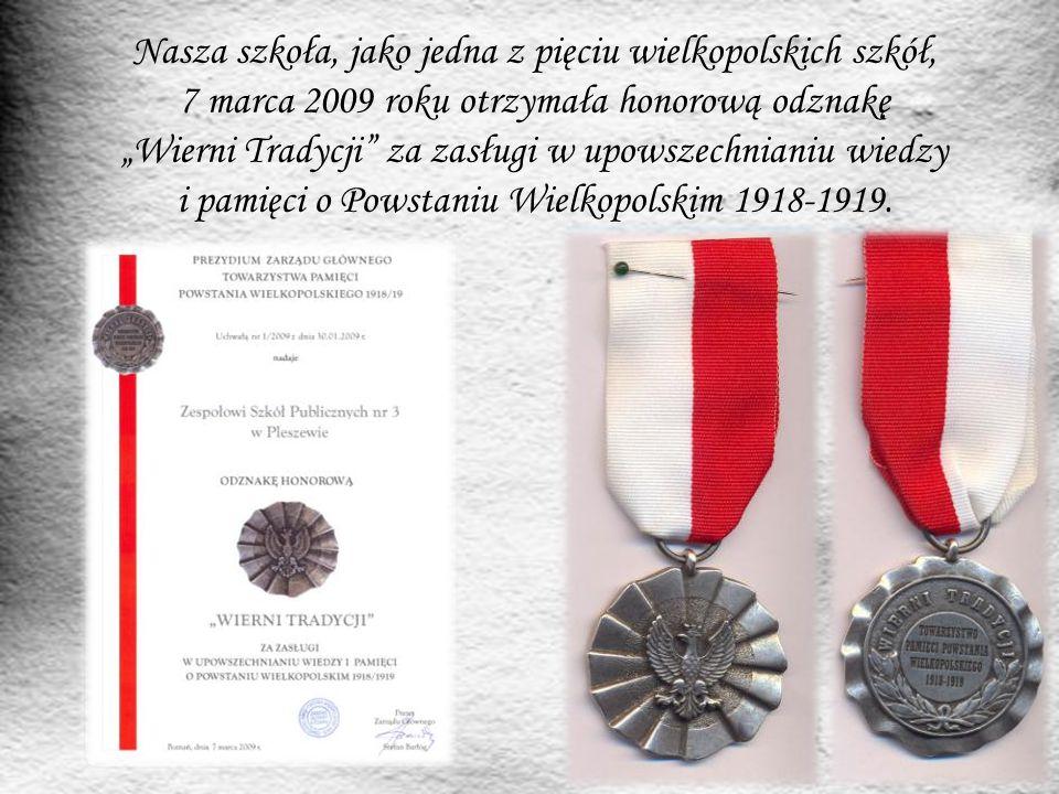"""Nasza szkoła, jako jedna z pięciu wielkopolskich szkół, 7 marca 2009 roku otrzymała honorową odznakę """"Wierni Tradycji"""" za zasługi w upowszechnianiu wi"""