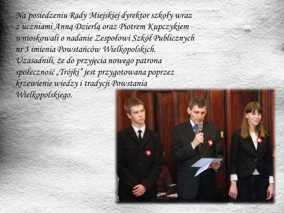 Na posiedzeniu Rady Miejskiej dyrektor szkoły wraz z uczniami Anną Dzierlą oraz Piotrem Kupczykiem wnioskowali o nadanie Zespołowi Szkół Publicznych n