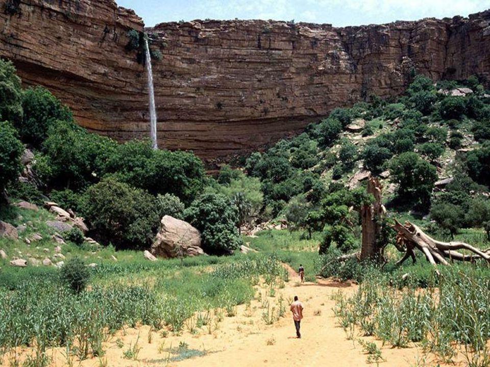 Na wschodnich krańcach Mali, tuż przy granicy z sąsiednią Burkina Faso znajduje się malowniczy, wysoki miejscami na kilkaset metrów uskok skalny, nazy