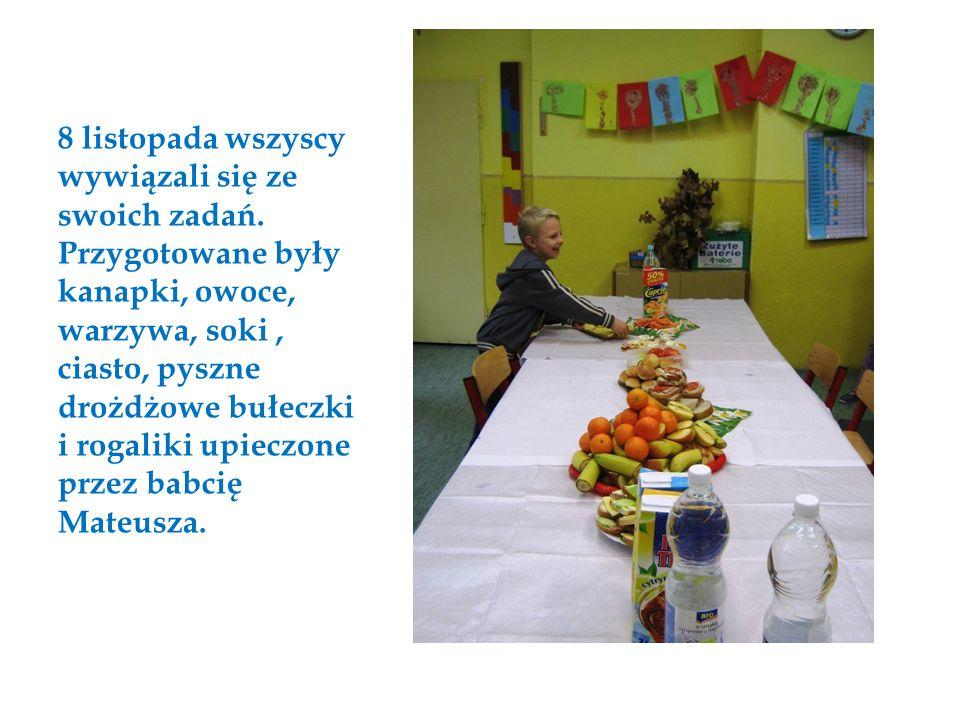 8 listopada wszyscy wywiązali się ze swoich zadań. Przygotowane były kanapki, owoce, warzywa, soki, ciasto, pyszne drożdżowe bułeczki i rogaliki upiec