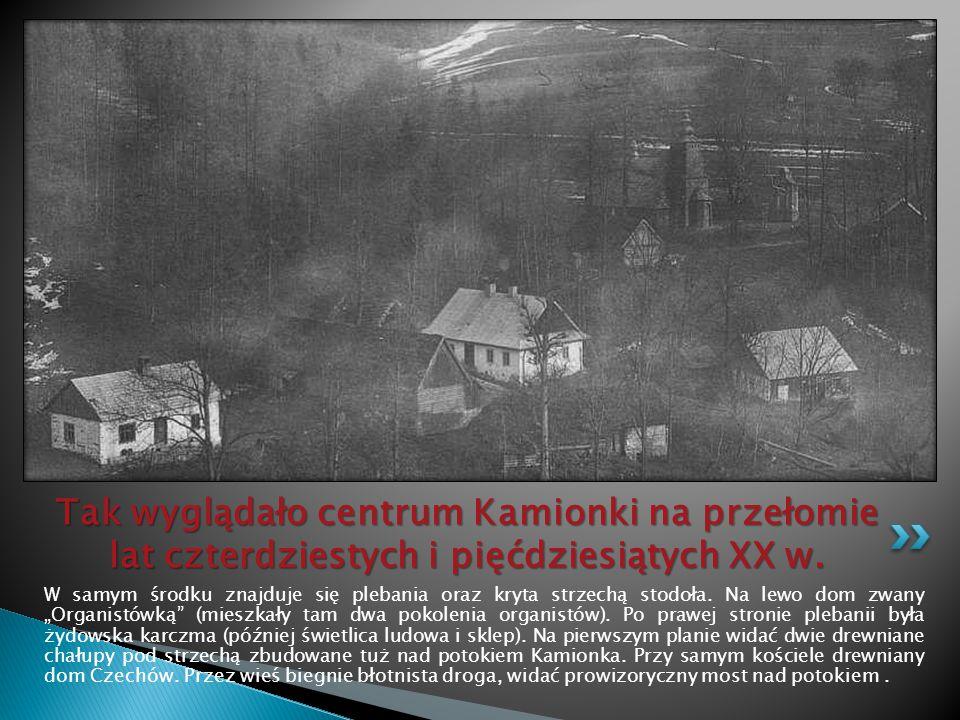 """Znikł stary budynek plebani, """"Organistówka , karczma i chałupy nad potokiem."""