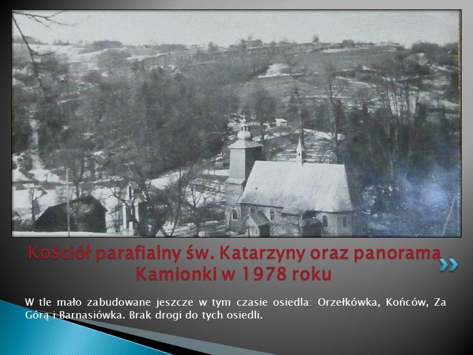W tle mało zabudowane jeszcze w tym czasie osiedla: Orzełkówka, Końców, Za Górą i Barnasiówka. Brak drogi do tych osiedli. Kościół parafialny św. Kata