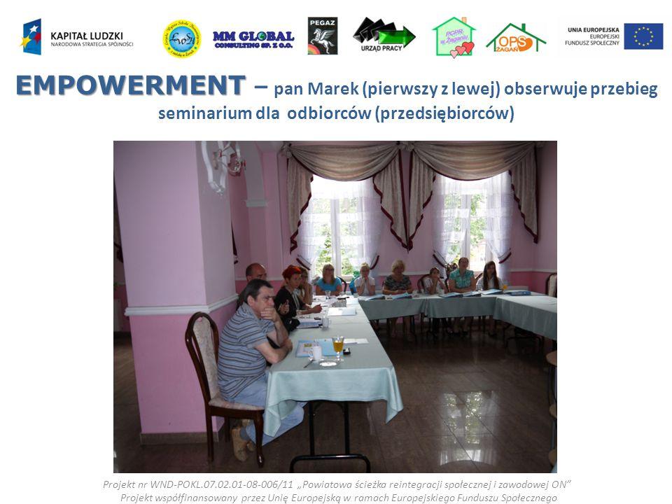"""EMPOWERMENT EMPOWERMENT – pan Marek (pierwszy z lewej) obserwuje przebieg seminarium dla odbiorców (przedsiębiorców) Projekt nr WND-POKL.07.02.01-08-006/11 """"Powiatowa ścieżka reintegracji społecznej i zawodowej ON Projekt współfinansowany przez Unię Europejską w ramach Europejskiego Funduszu Społecznego"""