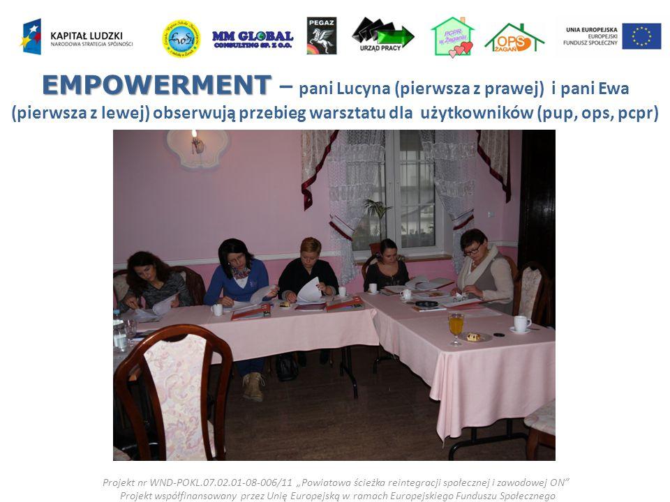 """EMPOWERMENT EMPOWERMENT – pani Lucyna (pierwsza z prawej) i pani Ewa (pierwsza z lewej) obserwują przebieg warsztatu dla użytkowników (pup, ops, pcpr) Projekt nr WND-POKL.07.02.01-08-006/11 """"Powiatowa ścieżka reintegracji społecznej i zawodowej ON Projekt współfinansowany przez Unię Europejską w ramach Europejskiego Funduszu Społecznego"""
