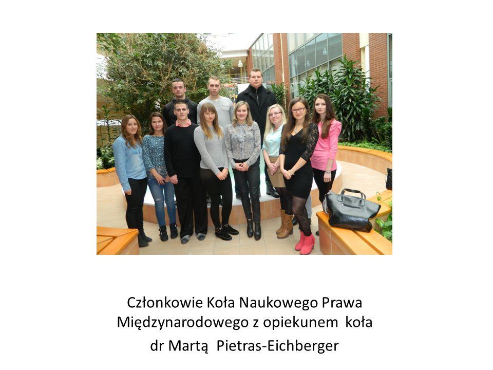 Członkowie Koła Naukowego Prawa Międzynarodowego z opiekunem koła dr Martą Pietras-Eichberger