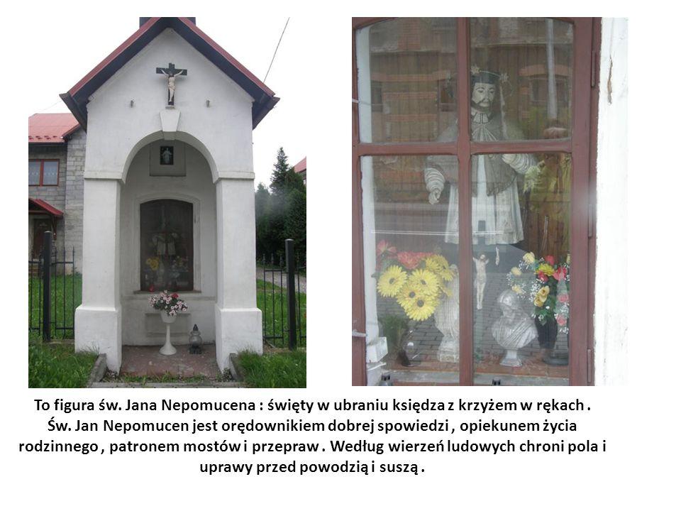 To figura św. Jana Nepomucena : święty w ubraniu księdza z krzyżem w rękach. Św. Jan Nepomucen jest orędownikiem dobrej spowiedzi, opiekunem życia rod