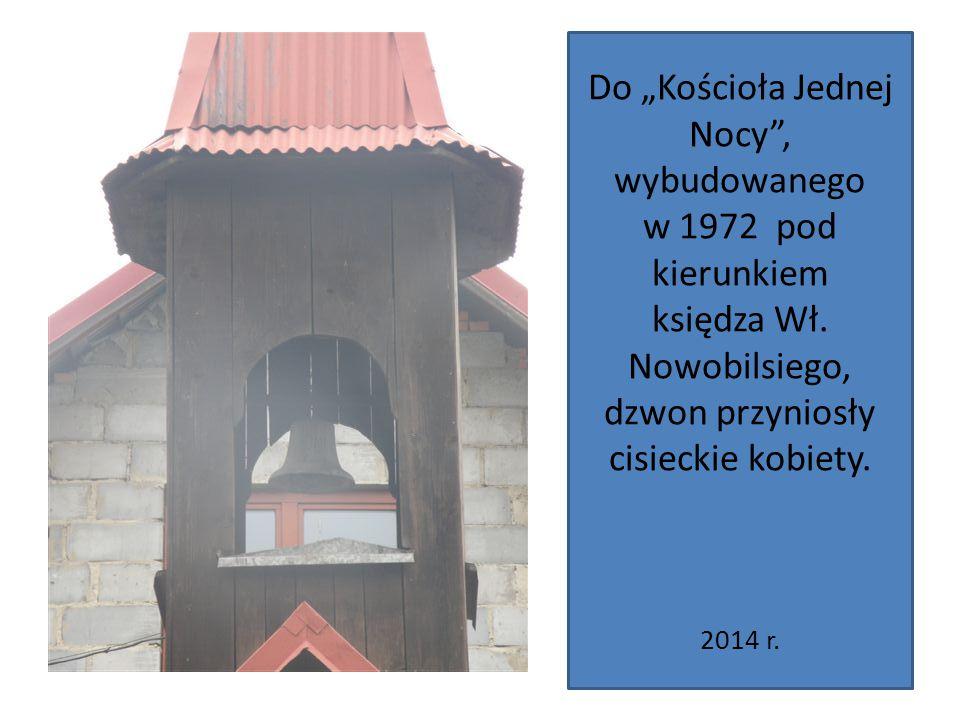 """Do """"Kościoła Jednej Nocy"""", wybudowanego w 1972 pod kierunkiem księdza Wł. Nowobilsiego, dzwon przyniosły cisieckie kobiety. 2014 r."""