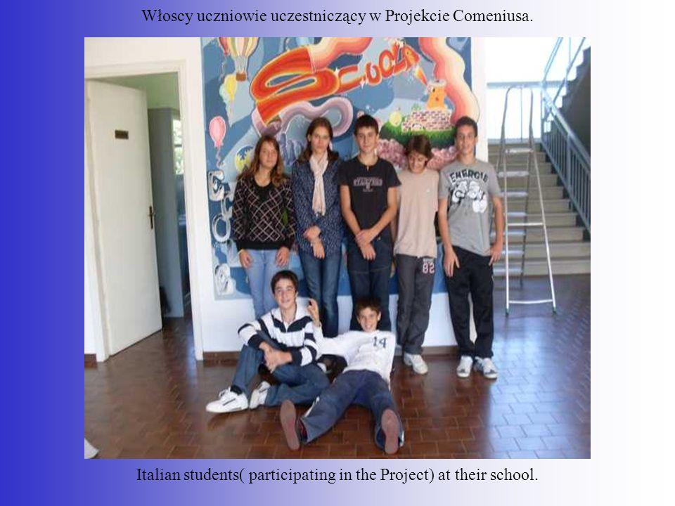 Włoscy uczniowie uczestniczący w Projekcie Comeniusa. Italian students( participating in the Project) at their school.