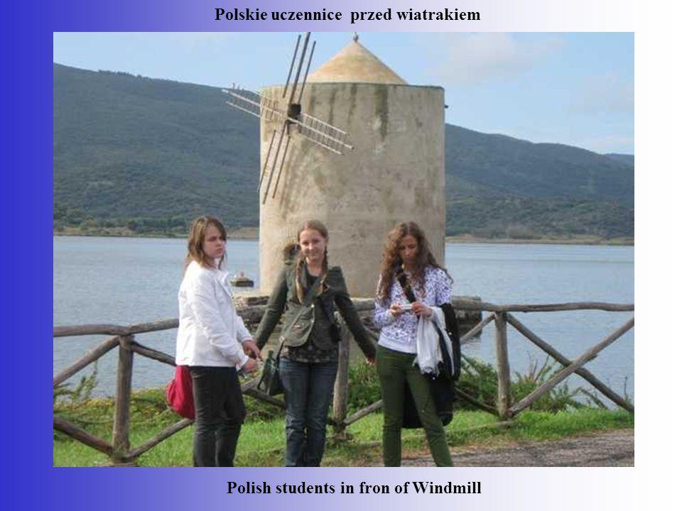 Polish students in fron of Windmill Polskie uczennice przed wiatrakiem