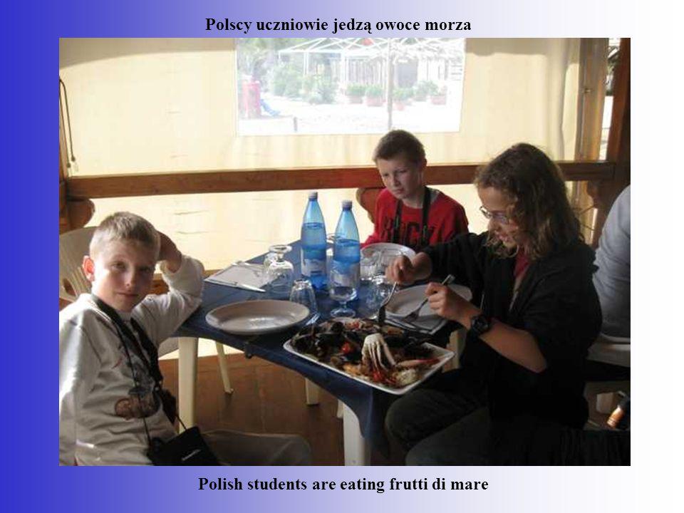 Polish students are eating frutti di mare Polscy uczniowie jedzą owoce morza