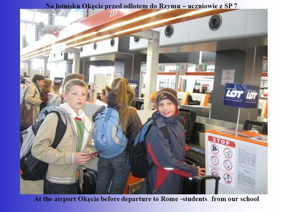 Na lotnisku Okęcie przed odlotem do Rzymu – uczniowie z SP 7 At the airport Okęcie before departure to Rome -students from our school
