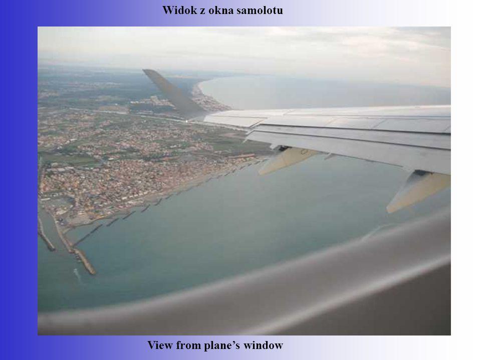 Transfer from plane to airport in Rome Przejazd autobusem na terenie lotniska