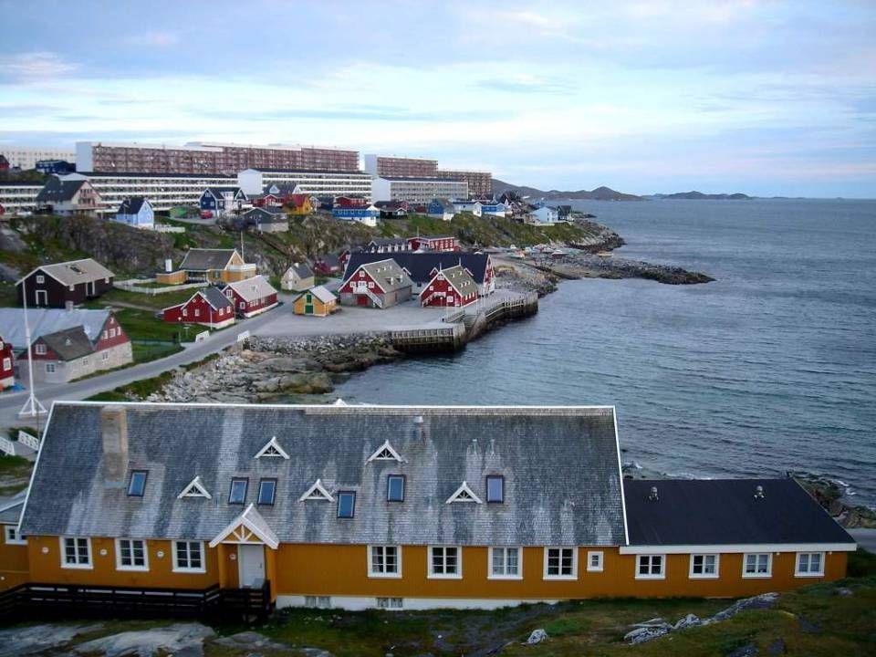 Nuuk (duń. Godthåb) to największe miasto i port Grenlandii położone w płd – zach. części wyspy, nad Cieśniną Davisa, ok. 240 km na południe od koła po