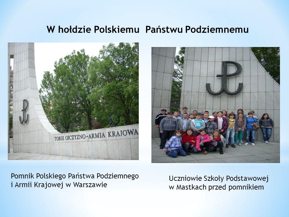 W hołdzie Polskiemu Państwu Podziemnemu Pomnik Polskiego Państwa Podziemnego i Armii Krajowej w Warszawie Uczniowie Szkoły Podstawowej w Mastkach przed pomnikiem