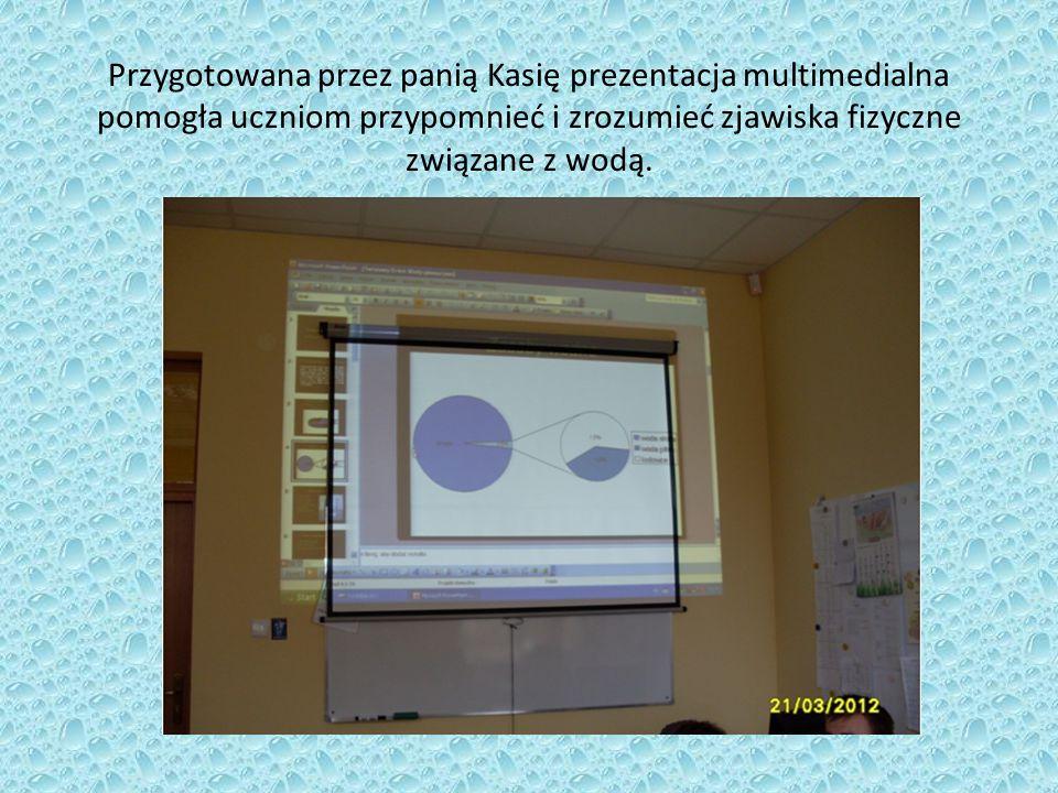 Przygotowana przez panią Kasię prezentacja multimedialna pomogła uczniom przypomnieć i zrozumieć zjawiska fizyczne związane z wodą.