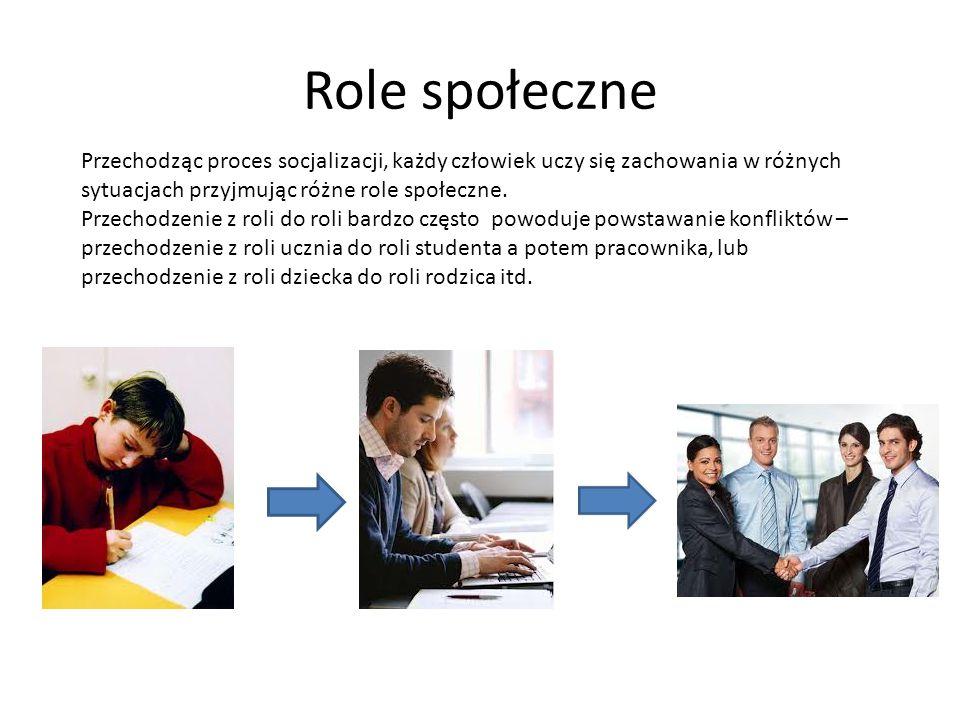 Role społeczne Przechodząc proces socjalizacji, każdy człowiek uczy się zachowania w różnych sytuacjach przyjmując różne role społeczne. Przechodzenie
