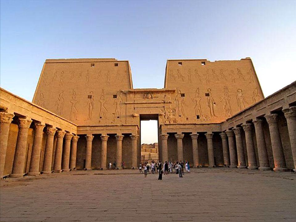 Edfu – Świątynia Horusa.Już w starożytnym Egipcie Edfu było ośrodkiem kultu Horusa.