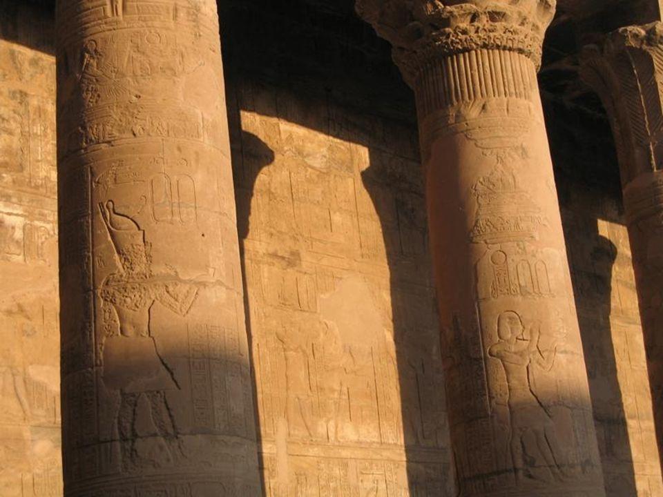 Wielka świątynia Ramzesa II w Abu Simbel została poświęcona bogom słońca Amonowi-Re i Re-Horachte oraz bogu sztuki i rzemiosł Ptahowi.
