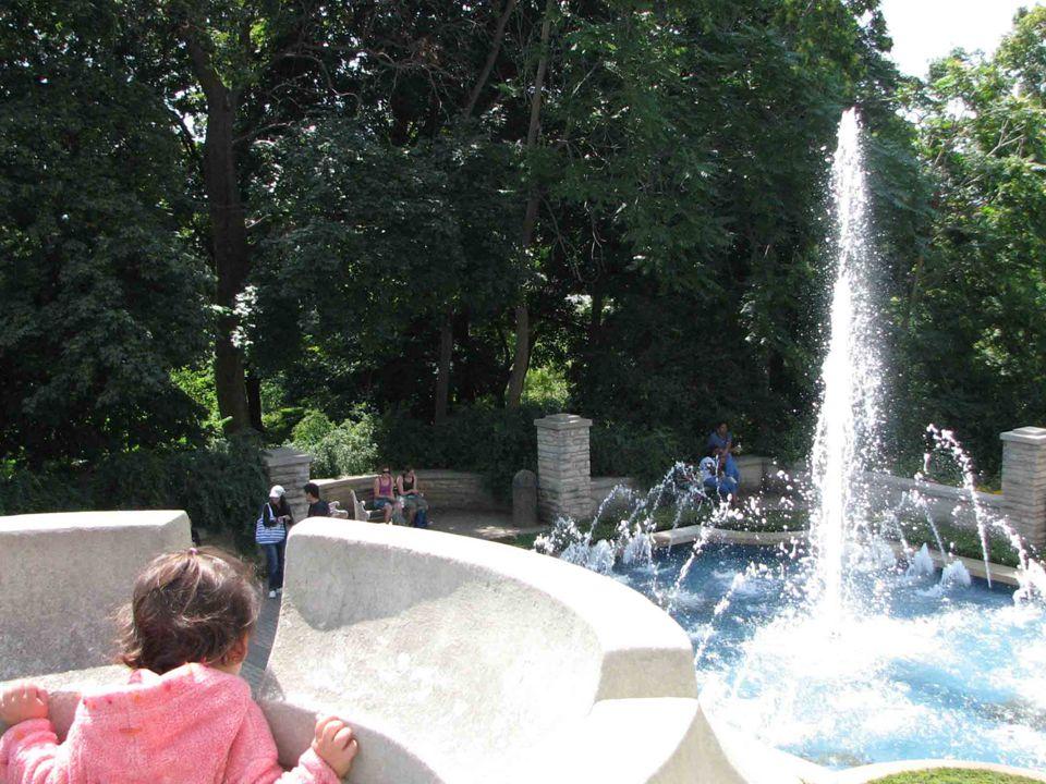 Na zewnątrz znajduje sięzadbany formalny ogród, który odrestaurowano w 1990 kosztem 1,5 miliona dolarów, starając się zachować pierwotny kształt i podział.