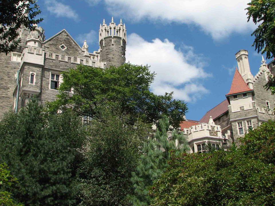 Na zewnątrz najbardziej charakterystyczne są dwie wieże, nadające budynkowi wygląd zamku, a do zespołu należą także luksusowe stajnie (sa tam mahoniowe boksy, hiszpańskie kafelki i złocone tabliczki z imionami koni), połączone z domem tunelem o długości 244 m.
