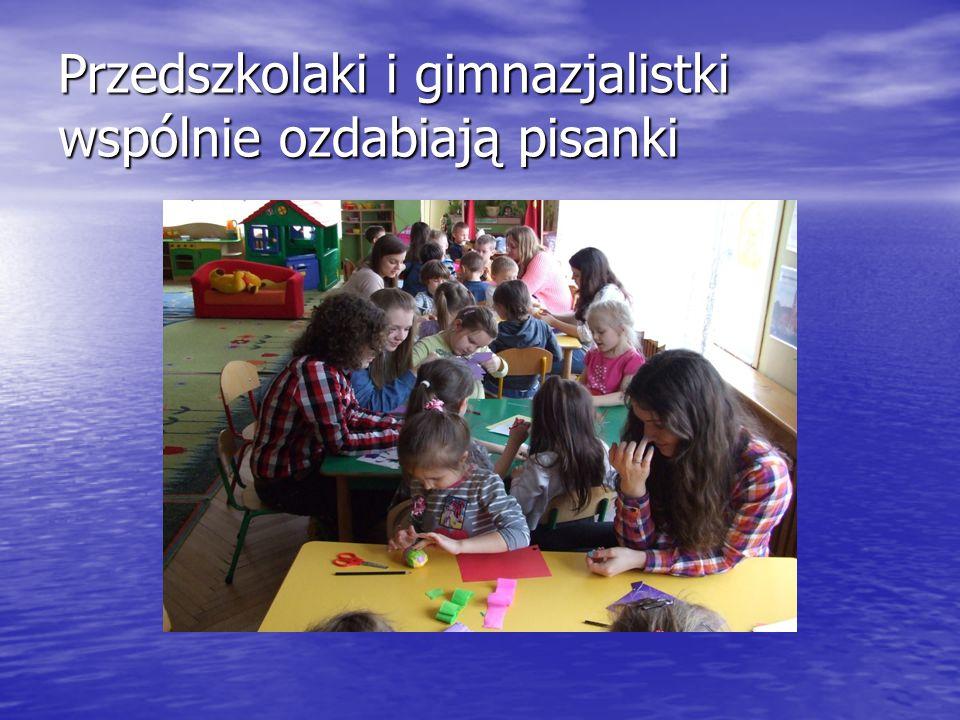 Przedszkolaki i gimnazjalistki wspólnie ozdabiają pisanki