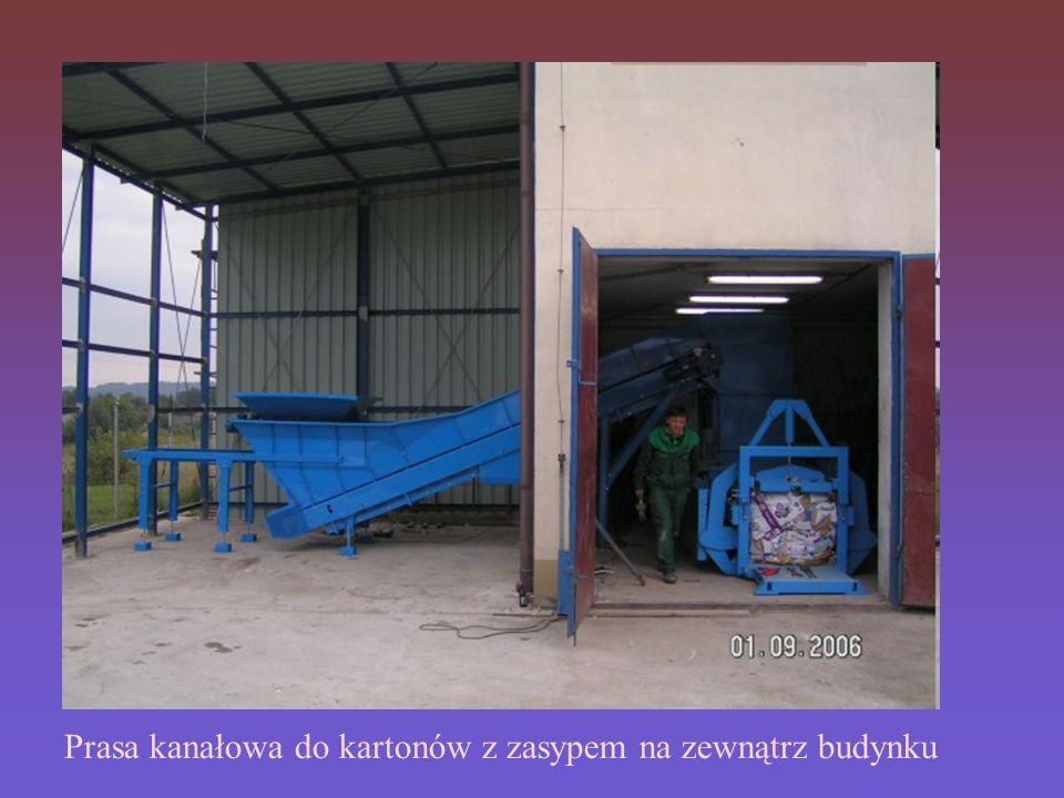Prasa kanałowa do kartonów z zasypem na zewnątrz budynku