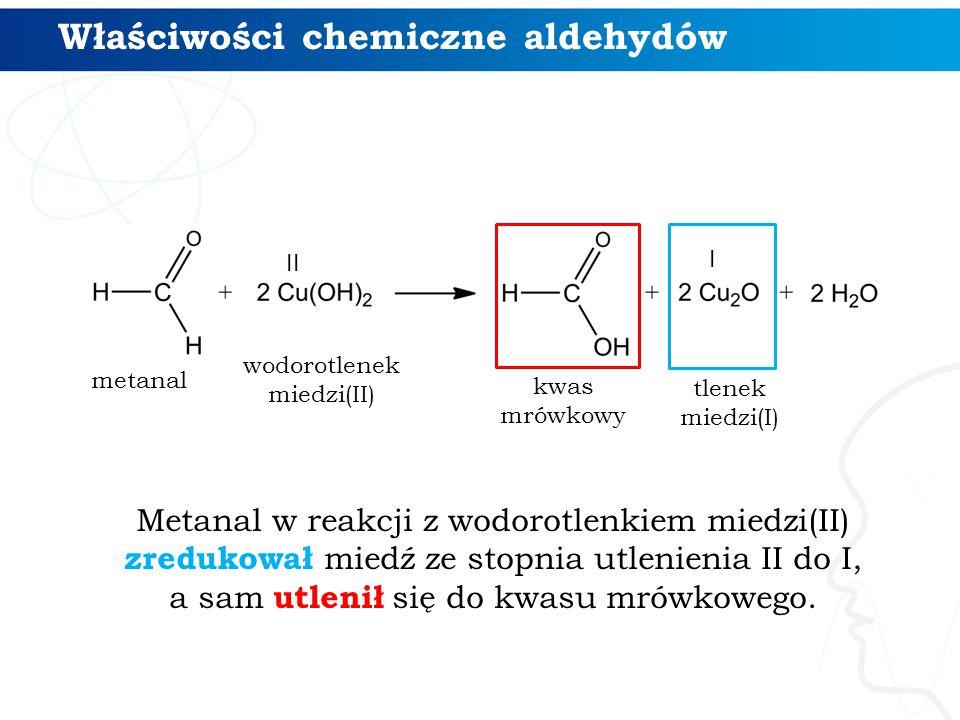 Metanal w reakcji z wodorotlenkiem miedzi(II) zredukował miedź ze stopnia utlenienia II do I, a sam utlenił się do kwasu mrówkowego.