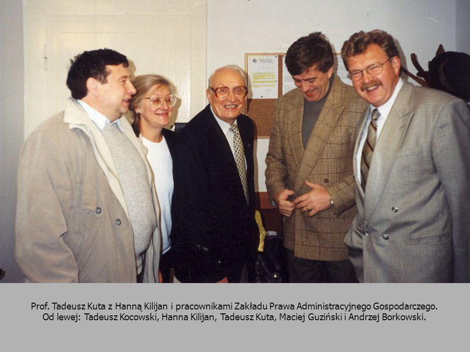 Prof. Tadeusz Kuta z Hanną Kilijan i pracownikami Zakładu Prawa Administracyjnego Gospodarczego. Od lewej: Tadeusz Kocowski, Hanna Kilijan, Tadeusz Ku