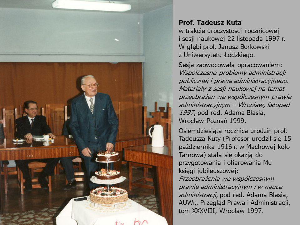 Prof. Tadeusz Kuta w trakcie uroczystości rocznicowej i sesji naukowej 22 listopada 1997 r. W głębi prof. Janusz Borkowski z Uniwersytetu Łódzkiego. S