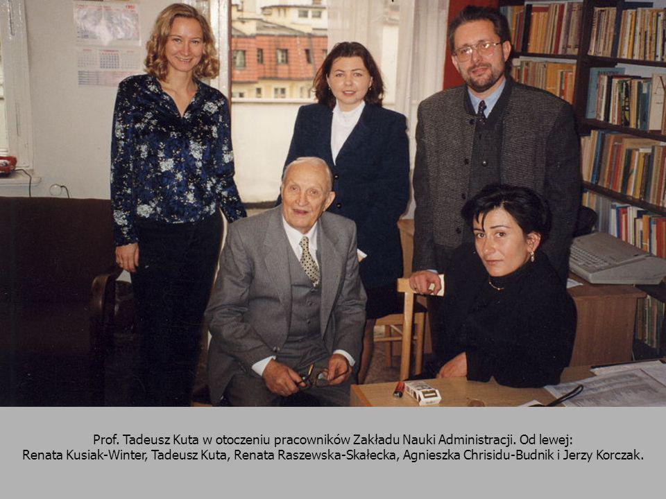 Prof. Tadeusz Kuta w otoczeniu pracowników Zakładu Nauki Administracji. Od lewej: Renata Kusiak-Winter, Tadeusz Kuta, Renata Raszewska-Skałecka, Agnie