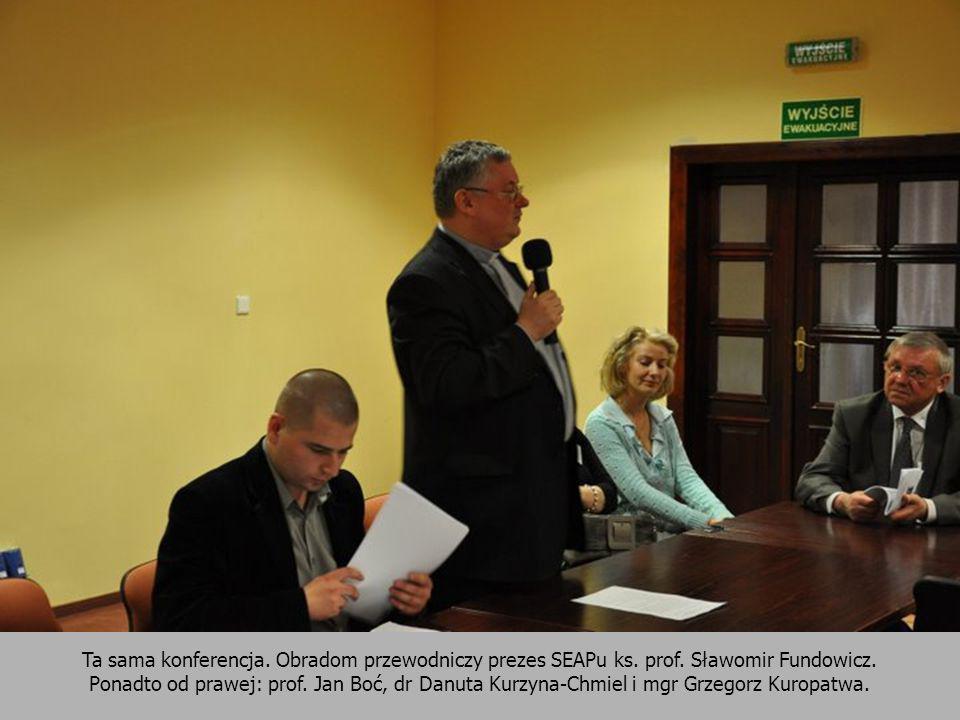 Ta sama konferencja. Obradom przewodniczy prezes SEAPu ks. prof. Sławomir Fundowicz. Ponadto od prawej: prof. Jan Boć, dr Danuta Kurzyna-Chmiel i mgr