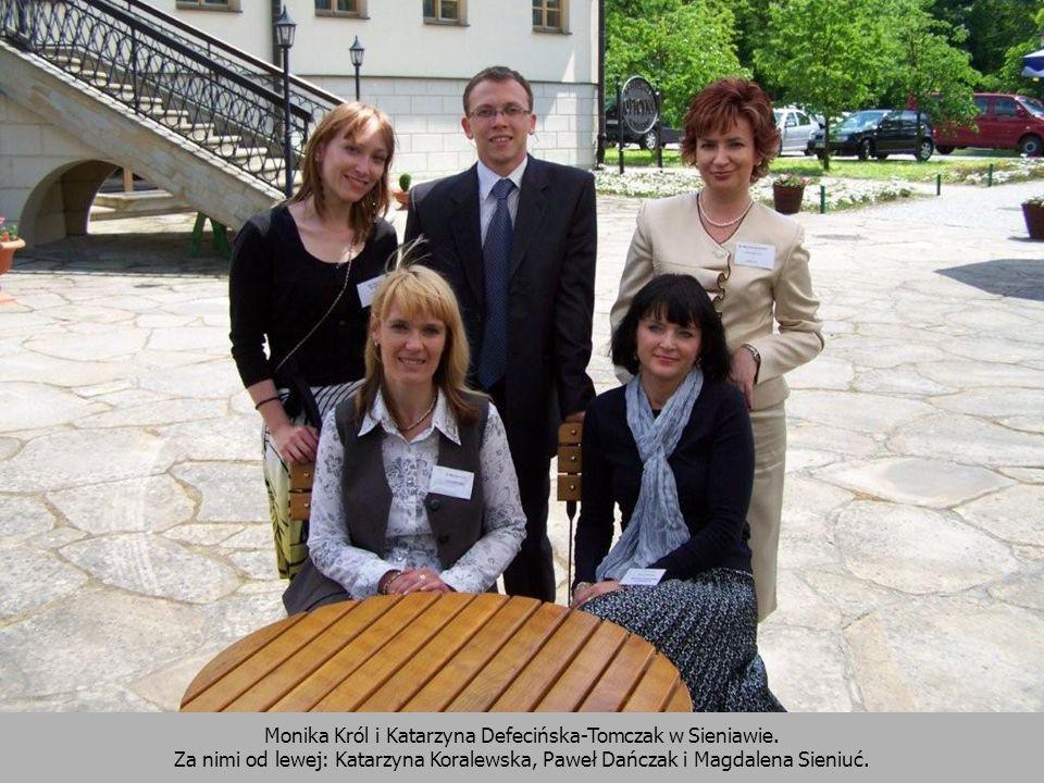 Monika Król i Katarzyna Defecińska-Tomczak w Sieniawie. Za nimi od lewej: Katarzyna Koralewska, Paweł Dańczak i Magdalena Sieniuć.