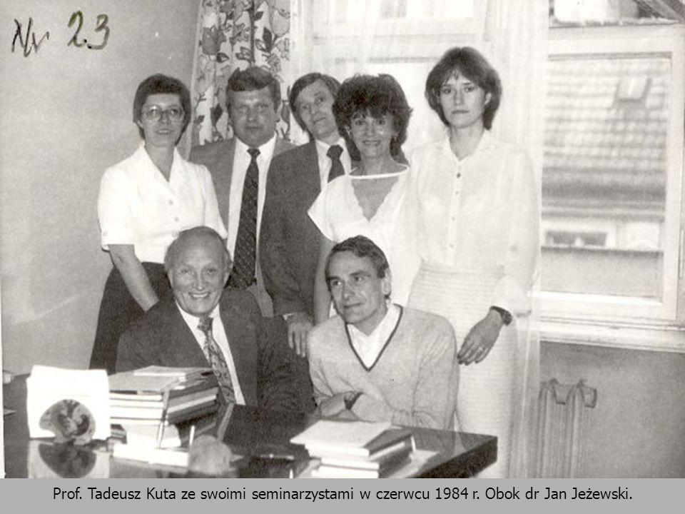 Prof. Tadeusz Kuta ze swoimi seminarzystami w czerwcu 1984 r. Obok dr Jan Jeżewski.