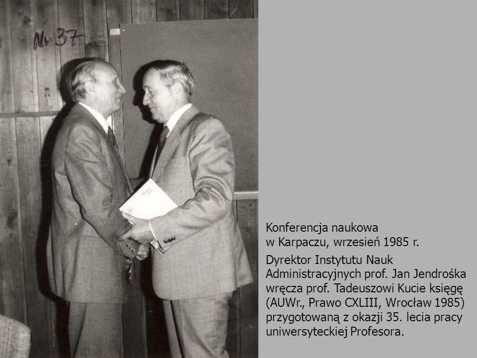 Konferencja naukowa w Karpaczu, wrzesień 1985 r. Dyrektor Instytutu Nauk Administracyjnych prof. Jan Jendrośka wręcza prof. Tadeuszowi Kucie księgę (A