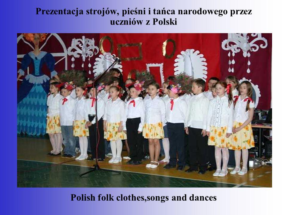 Prezentacja strojów, pieśni i tańca narodowego przez uczniów z Polski Polish folk clothes,songs and dances