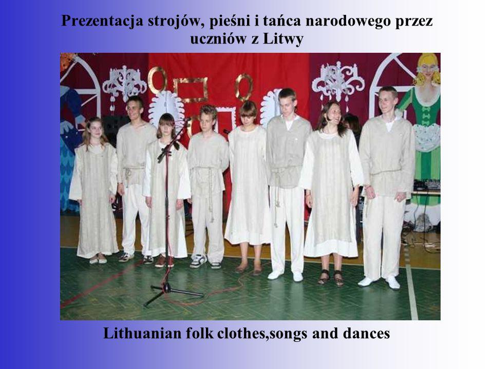 Prezentacja strojów, pieśni i tańca narodowego przez uczniów z Litwy Lithuanian folk clothes,songs and dances