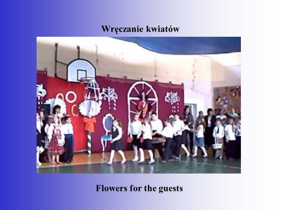 Wręczanie kwiatów Flowers for the guests