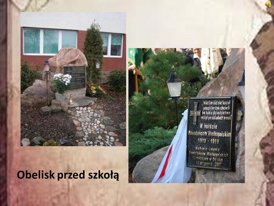 Obelisk przed szkołą