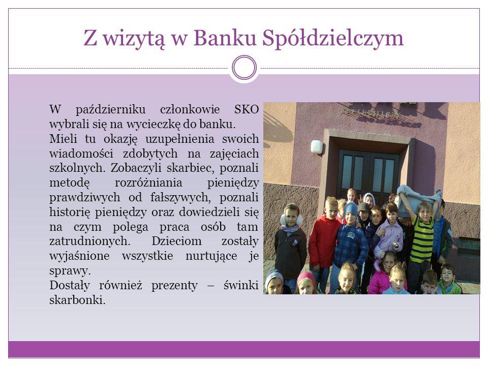 Z wizytą w Banku Spółdzielczym W październiku członkowie SKO wybrali się na wycieczkę do banku. Mieli tu okazję uzupełnienia swoich wiadomości zdobyty